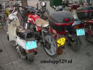 """De nagemaakte """"Zündapps"""" in het Chinese straatbeeld. Lang zou dit niet zo blijven. Een unieke foto."""