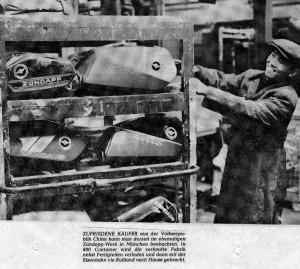 Ontruiming van de produktie machines en voorraden. De fabriekshal in München wordt ontruimd door Chinese arbeiders.