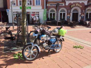 Op weg met Zundapp529 terug naar Nederland. Koffie in Kevelaer. Plezier.